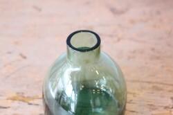 色付きガラスのフラワーベース