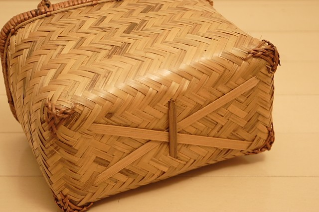 ライトブラウンの竹かごバッグ