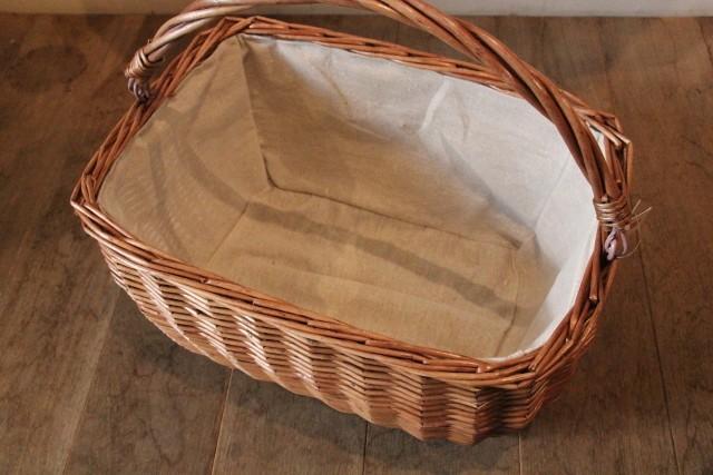 リバーシブルカバー付きの柳のピクニックバスケット