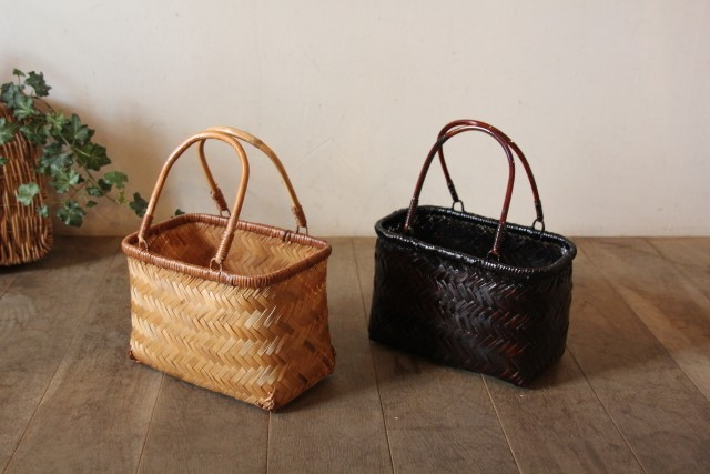 ライトブラウンの竹かごバッグとダークブラウンの竹かごバッグ