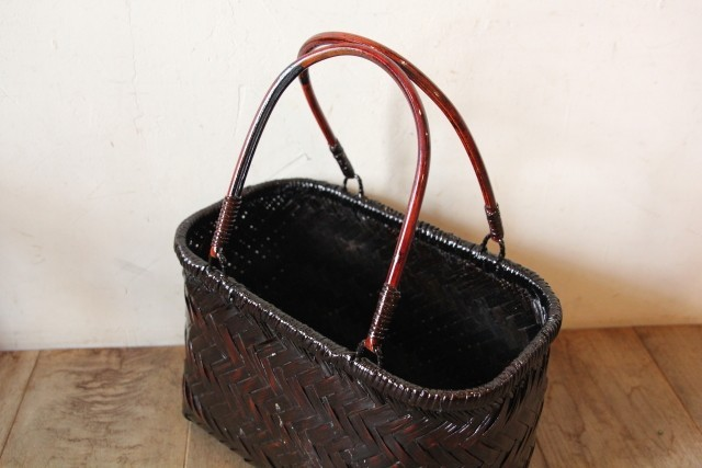 ダークブラウンの竹かごバッグ