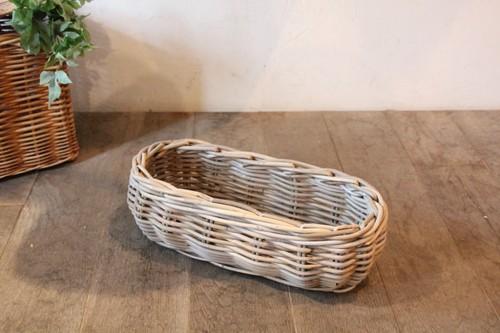 オーバルフォルムの皮付き籐のかご