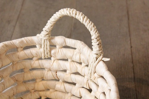 メイズで編んだ持ち手付きトレーバスケット