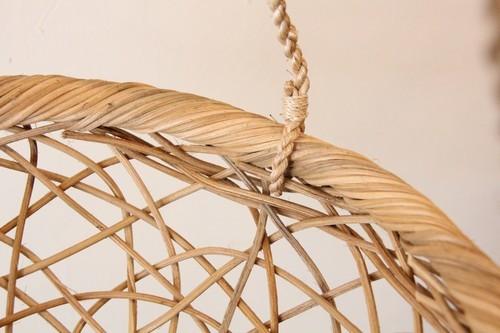 籐ラタンのカゴにアバカロープのついたハンギングバスケット