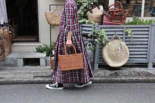 籐ラタンで編んだスクエアフォルムのお買い物かご