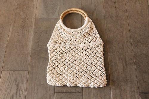 籐ラタンのリングハンドルにコットンロープのマクラメ編みのバッグ