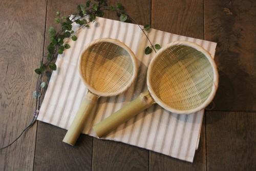 日本製の柄付き竹ざる