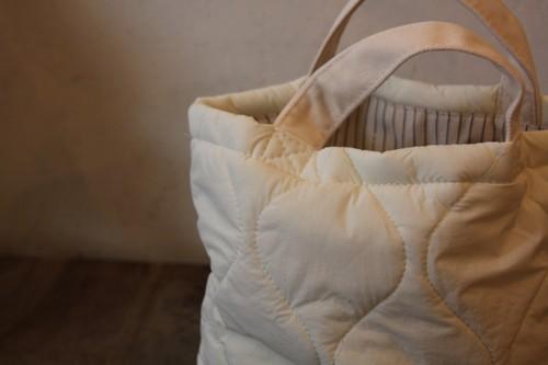柳のキルティングかごバッグ